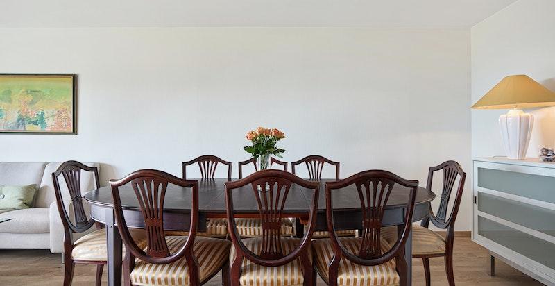 Stuen er lett å møblere og det er god plass til både spisestue, sofa/sittegrupper og TV-møblement