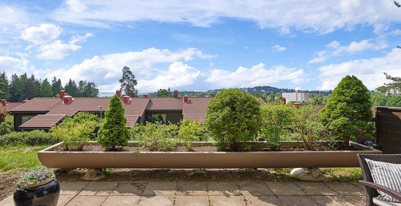 Det er montert blomsterkasse på terrassen