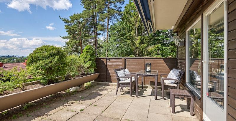 Stor og solrik terrasse på ca 21 kvm med gode solforhold og flott utsyn