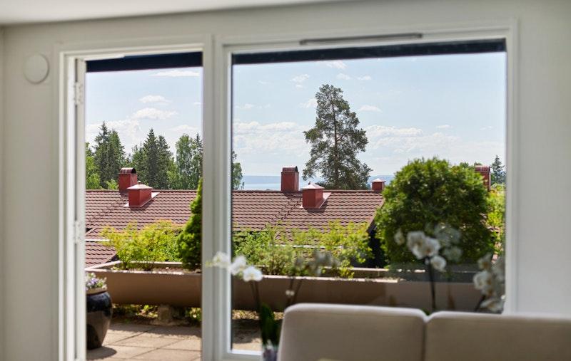 Store vinduer i stuen gir mye lys og luft inn