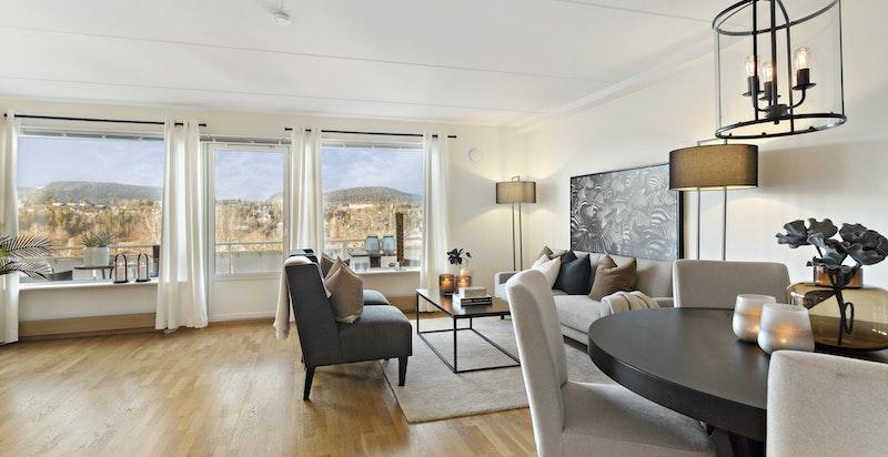 Stuen har plass både til sofagruppe og spisestue