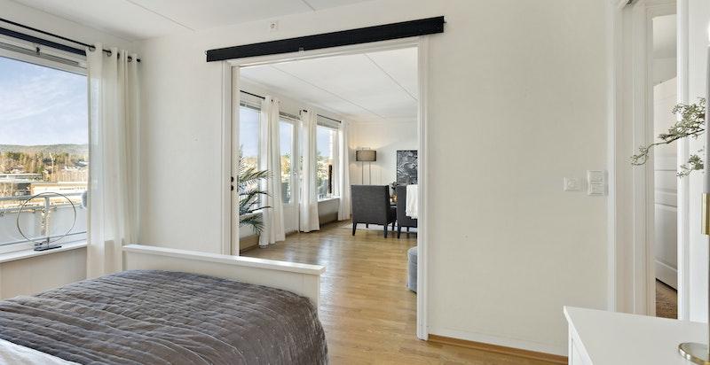 Soverommet har plass både til stor dobbelseng og til garderobeskap