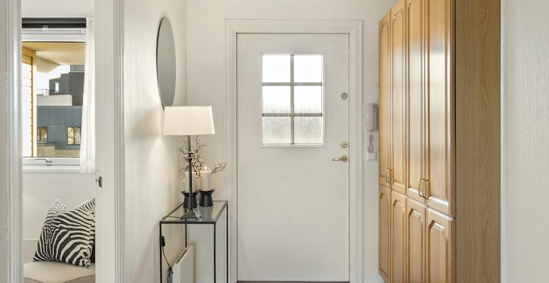 Hall med garderobeskap - parkett på alle gulvene i oppholdsrommene