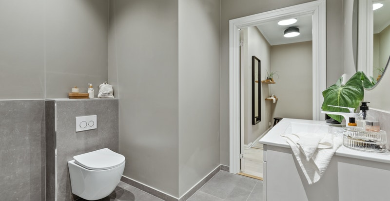 Baderom nr. 2 med wc, servant med underskap, dusj, opplegg for vaskemaskin og varme i gulv.