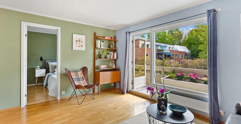 Store vindusflater som gir leiligheten mye dagslys