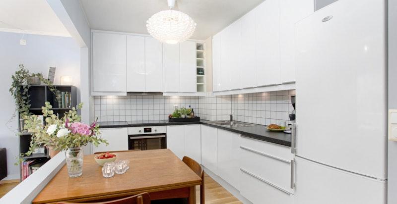 Moderne kjøkken med hvite høyglans fronter