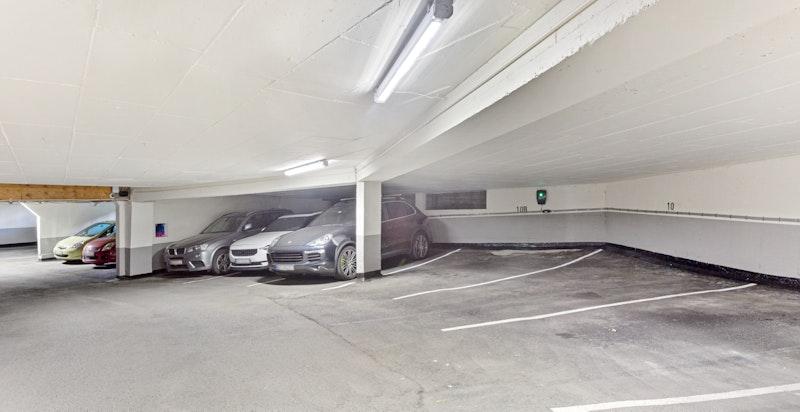 Parkeringsplass med elbil-lader medfølger