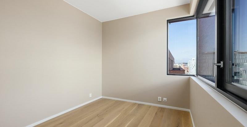 Det er plass til 180x200 seng med nattbord på hver side.