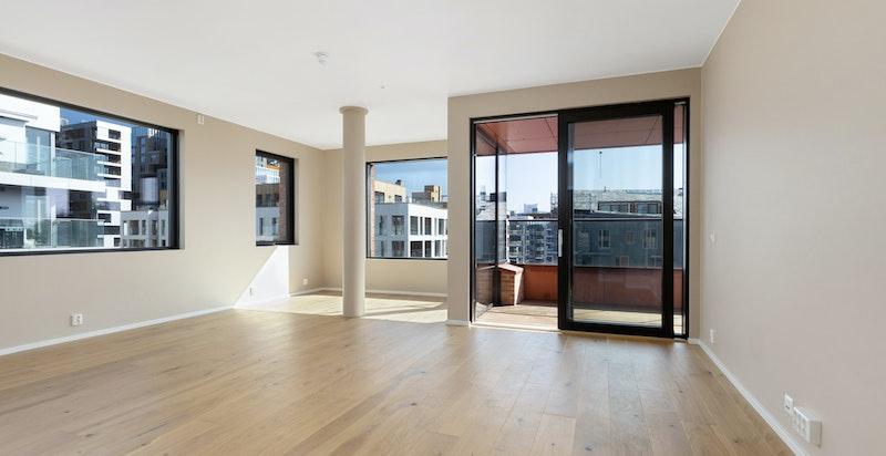 Lys og luftig stue med store vindusflater som gir rikelig med lys.