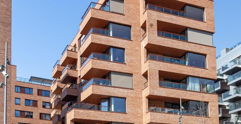 Arkitekturen er tilpasset beliggenheten, tilbaketrukket og vinklet slik at leilighetene får mest mulig fjordutsikt og mindre innsyn.