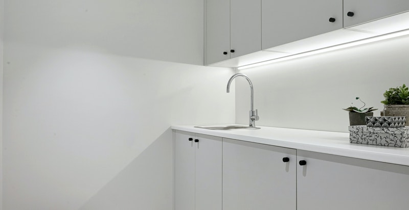 Praktisk separat vaskerom med tilpasset innredning og opplegg for vaskemaskin og tørketrommel
