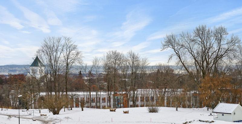 Flott utsikt mot de parkmessige fellesområdene til sameiet