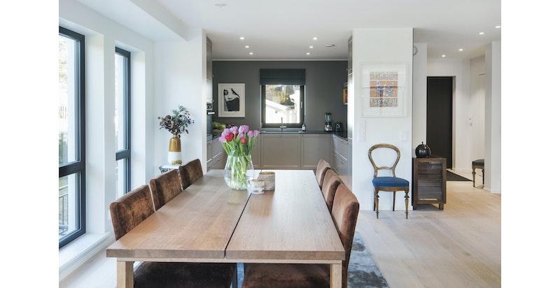 Stramme linjer og samsvarende fargetoner for flytende overgang mellom stue og kjøkken