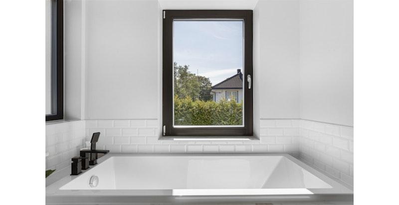 Store vinduer som tilfører masse lys til badet