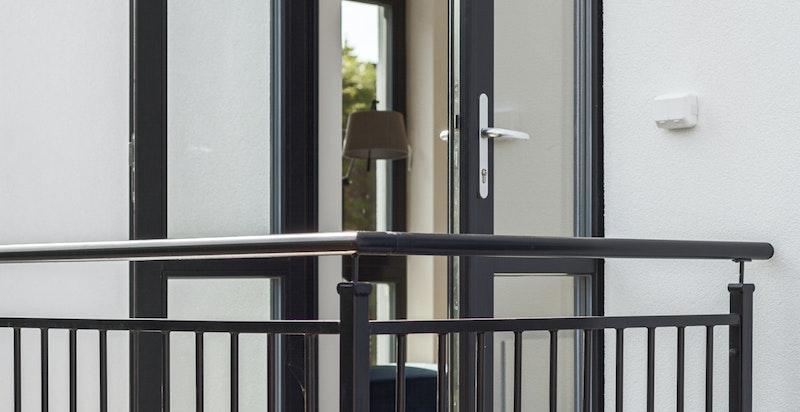 Hyggelig og solrik balkong ut fra master soverom
