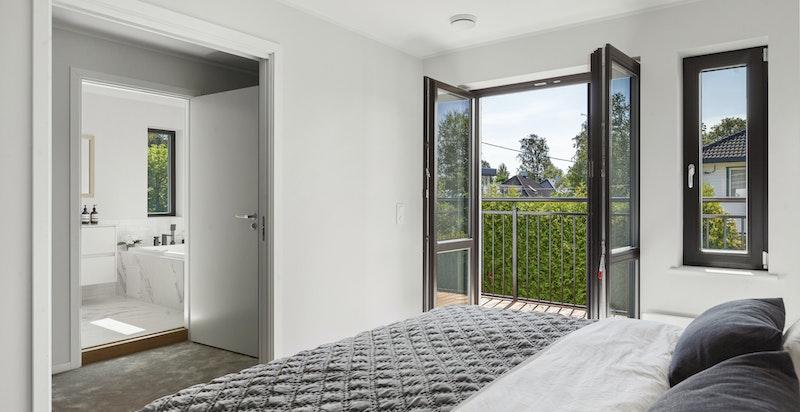 Hovedsoverom med utgang til balkong, walk-in closet og master bad