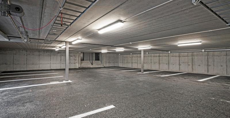 Seksjon 3 har én parkeringsplass ute samt plass i garasjeanlegget, der det er lagt opp muligheter for å installasjon av billader. Garasjeplassen er i seksjoneringen lagt som tilleggsdel bygning til seksjonen
