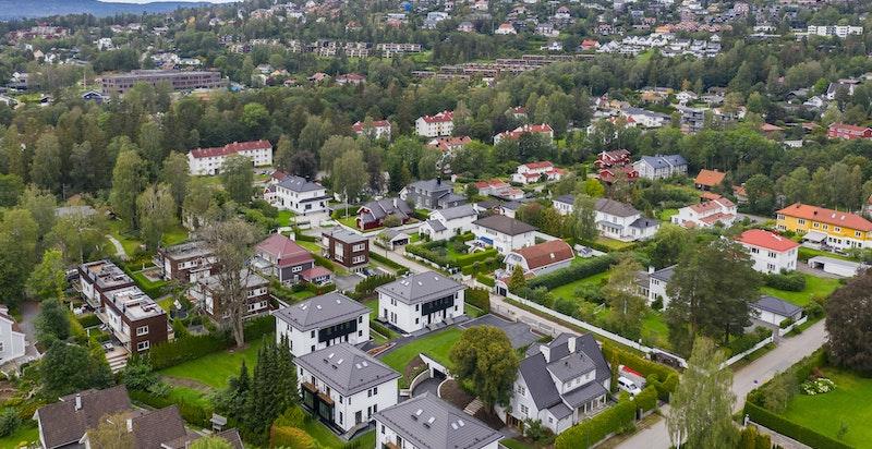I nærmiljøet finner du Hemingbanen med helårs fotballbane og flerbrukshall (tennis og fitness m.m.)