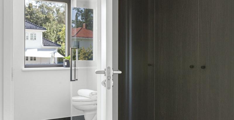 Plassbygget garderobeskap i sort eikefiner i entre og i gang utenfor bad i 2 etg