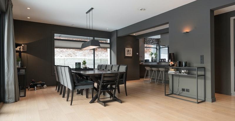 Det er god plass til spisestue mellom stue og kjøkken.