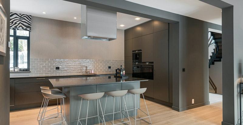 Kjøkkenet har en åpen løsning med øy.