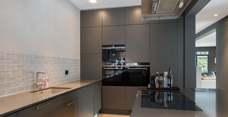 Kjøkkenet har integrerte hvitevarer fra 2018.