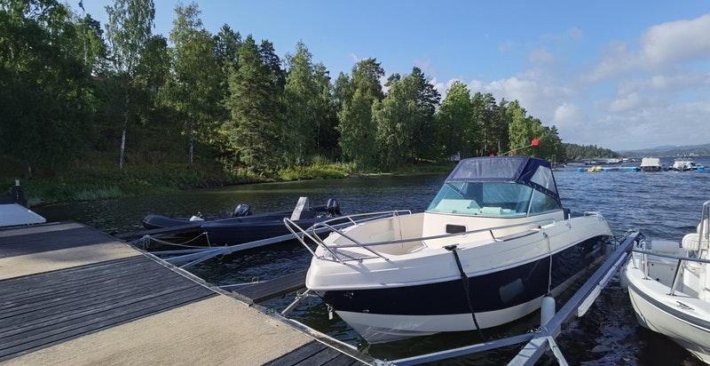Eiendommen har bruksrett til båtplass i Sameiet Langodden Fellesstrand.