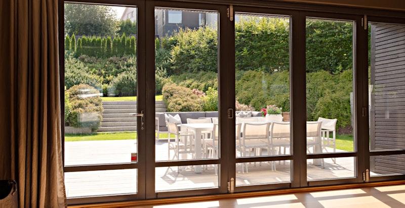 Åpne den store foldedøren og uteområdet blir en naturlig del av boligen på sommerhalvåret.