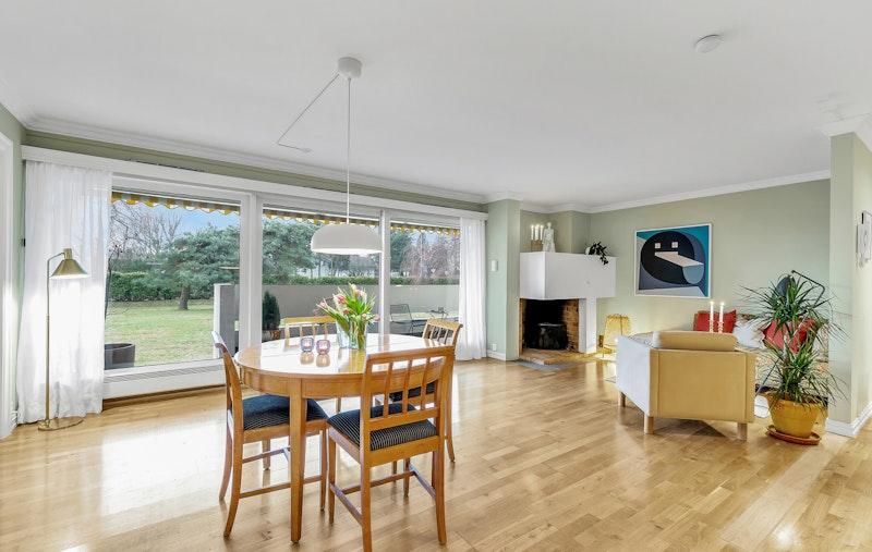 Leiligheten har en lys og fin stue med store vindusflater. Dette gir rikelig med lysinnslipp.