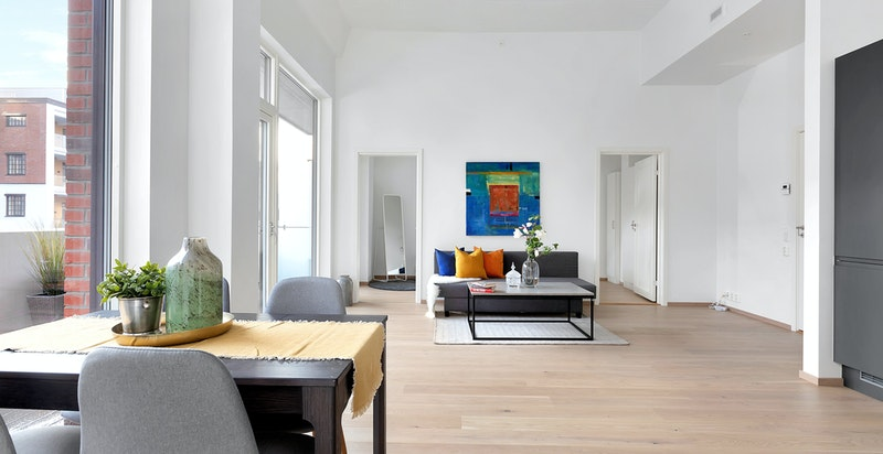 En-stavs eikeparkett mattlakkert i stue/kjøkken