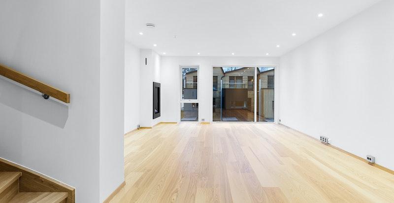 Stor gjennomlyst stue og kjøkken