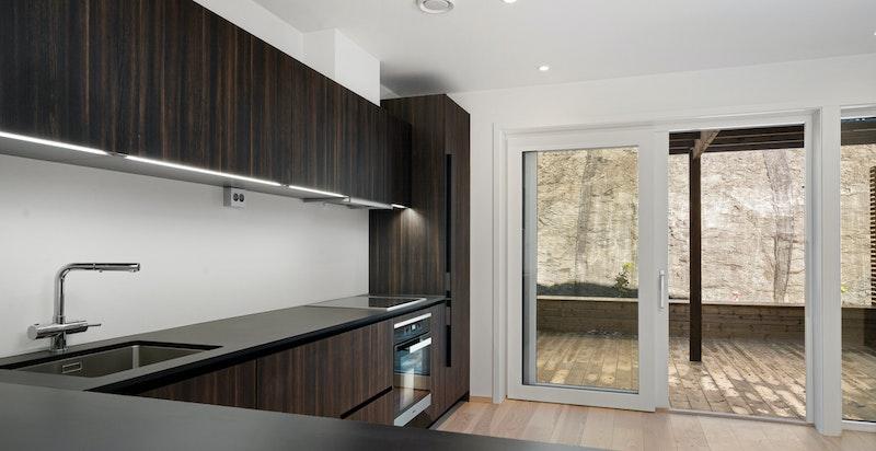Lekkert kjøkken med direkte utgang til uteplass
