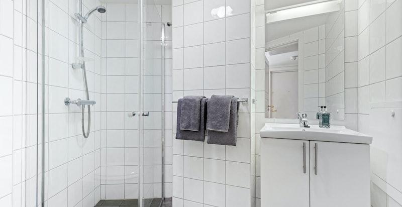 Komplett dusjbad tilknyttet entré