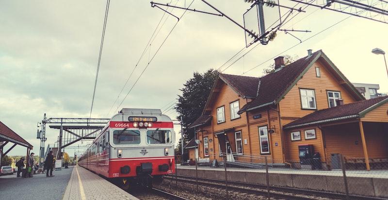 Togstasjonen i Ås. Herfra er det kun en kort tur til Ski stasjon, hvor reisen videre til Oslo kun tar 11 minutter når Follobanen har åpnet.
