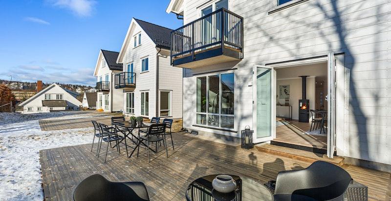 Like utenfor stuen har du en flott terrasse med gode solforhold.