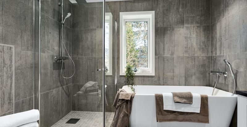 Pent bad i 2. etasje med både badekar og dusjhjørne.