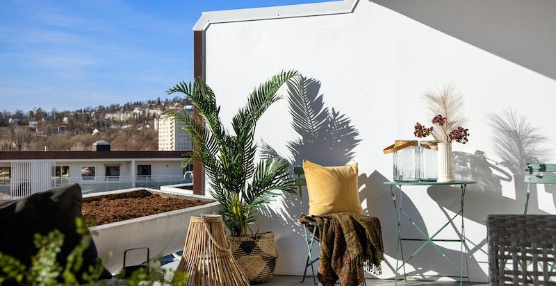 Terrassen kan møbleres i flere soner. Her er forholdene lagt til rette for nydelige dager.
