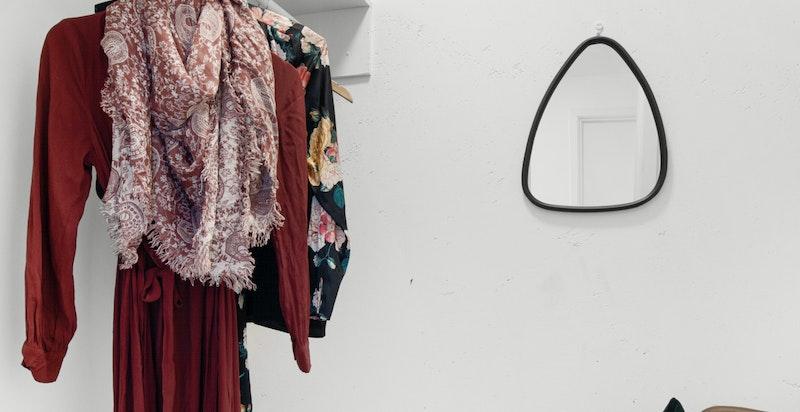 Walk-in-garderobe med plass til klær og sko.