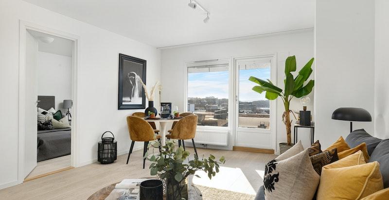Stuen har flere møbleringsmuligheter med plass til stuemøblement og spisestue.