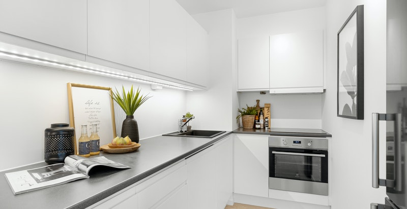 Tidløst og moderne kjøkken med god benke- og skapplass.