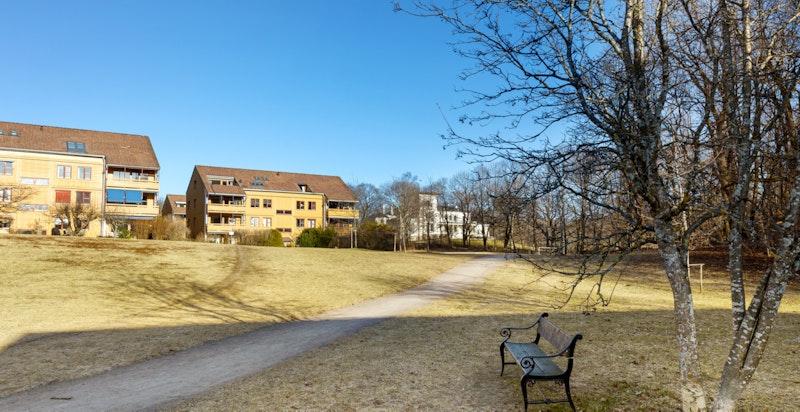 Eiendommen ligger tilbaketrukket og stille til i et meget populært og veletablert boligområde på Skøyen.