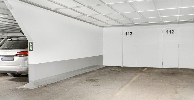 Det medfølger garasjeplass og bod i bakkant.