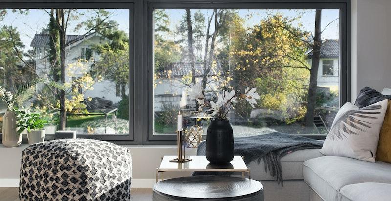 Også i TV-stuen er det store vindusflater som slipper inn mye dagslys
