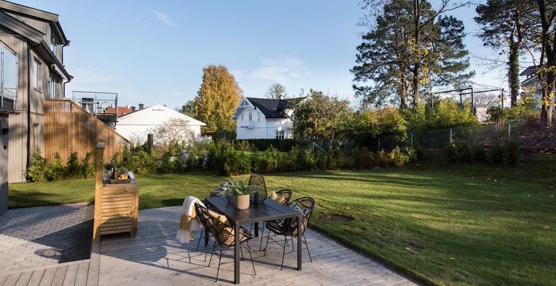 Solrik terrasseplatting med utekjøkken