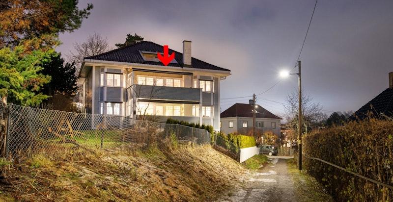 Fasade fra Sverrestien viser villaens flotte preg og store balkong