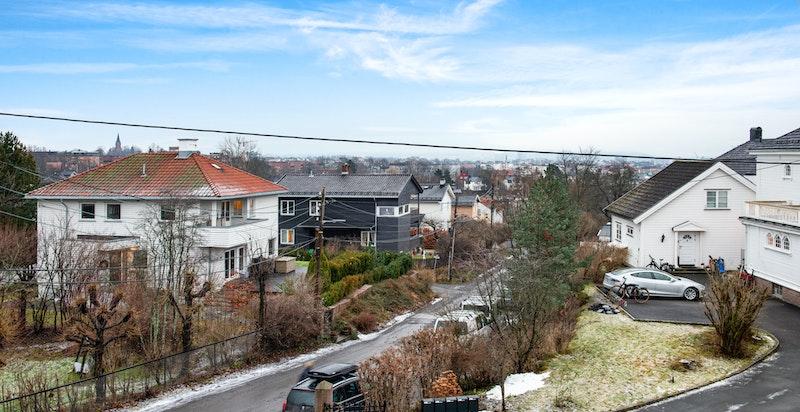 Utsikten fra kjøkkenvinduet nedover Ivar Aasens vei mot Oslo sentrum