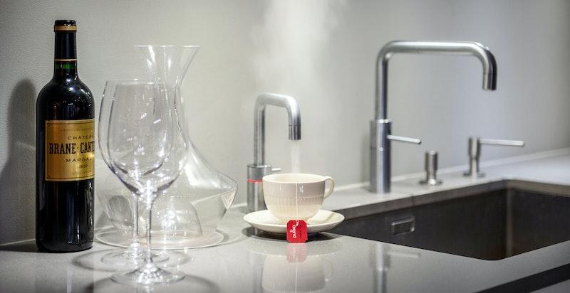 """Stor stålkum med blandebatteri og """"Quooker"""" vannkran med varmtvann"""