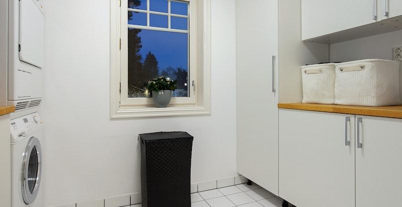 Eget vaskerom innenfor kjøkkenet med nye fliser, varmekabler og digital termostat lagt i 2018