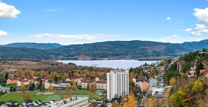 Fantastisk utsikt over byen og fjorden