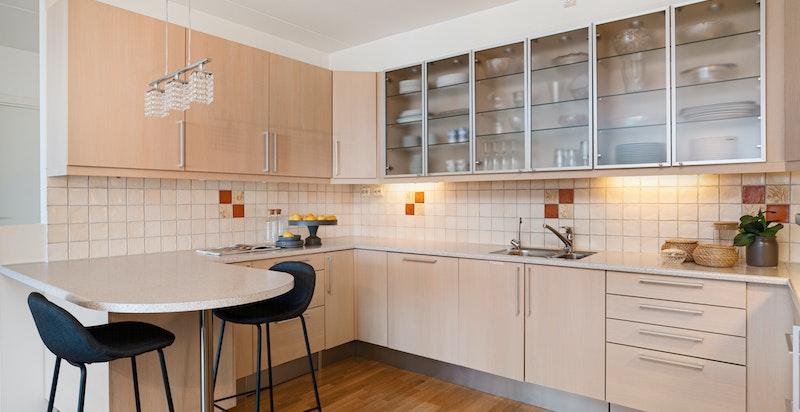 Fra kjøkkenet med liten spiseplass/barløsning